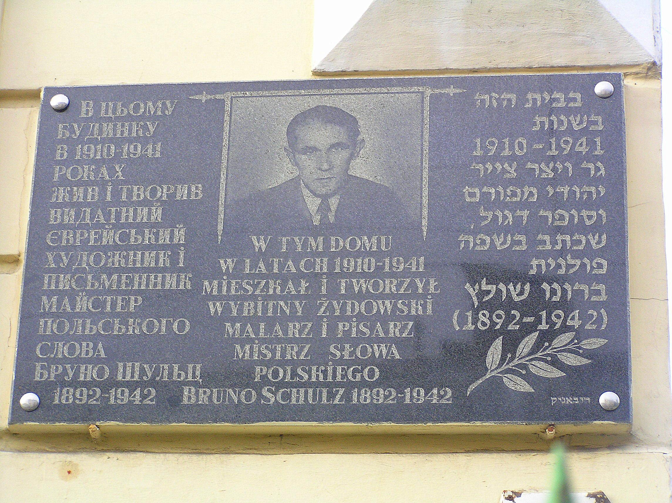 Tablica pamiątkowa na domu, w którym Schulz mieszkał w latach 1912-1941.