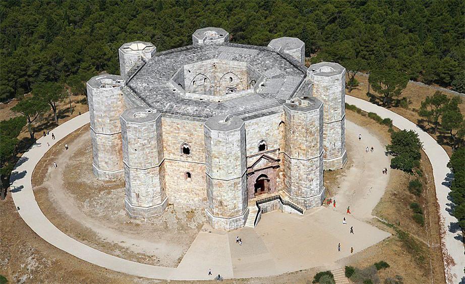 Castel del Monte przed renowacją. fot. pugliaprivatetour.it