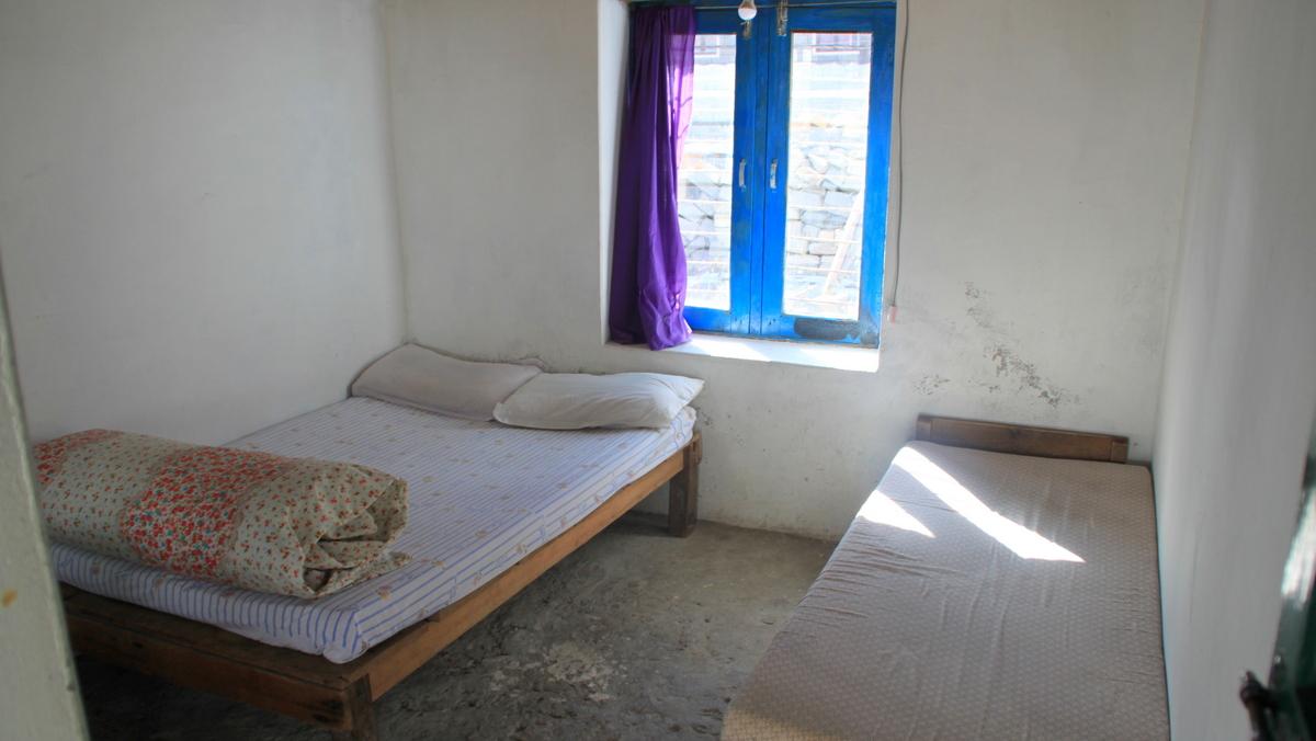 Dwa łóżka i stolik. Standardowy pokój na trekkingu. Tu w lodge'y na Annapurna Base Camp.